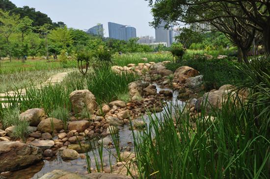 建设宜居城市,提升城市基础设施效力的另一个重要举措就是建设海绵城市。近几年来,国家出台了一系列政策在建设理念、资金、试点选择、技术指导等方面推进海绵城市建设。海绵城市,需要以规律结合绿色优先为指导思想,以水生态、水环境、水安全、水资源为战略目标,构建多目标雨水系统。同时更需要,从投融资、总规、详规、设计、工程建设、运营维护的全生命周期来整体看待,2015年国家公布了16个试点城市,如镇江、嘉兴、池州、南宁等,每个城市都从自身的特点出发进行建设,同时也体现出诸多问题。2016年第二批14个试点城市也已经公布